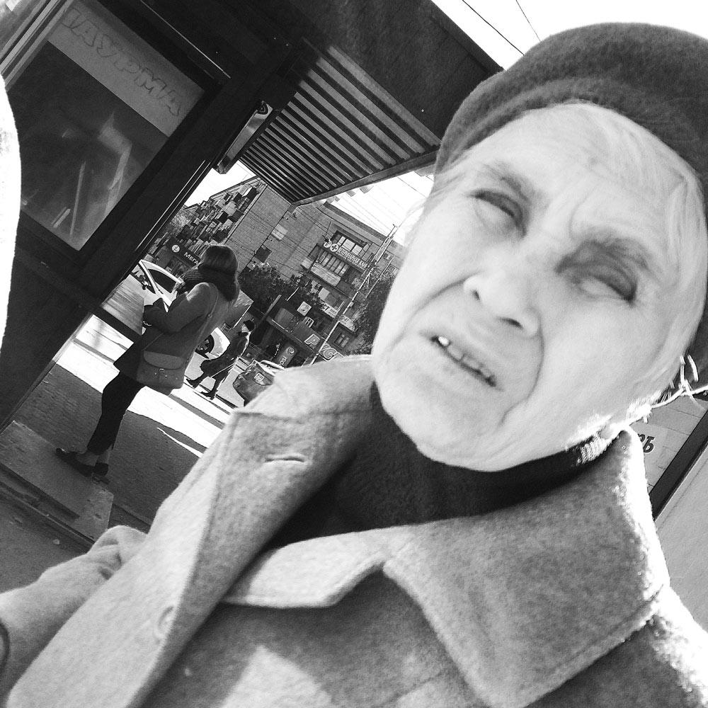 Фотография Пожилая женщина в пальто