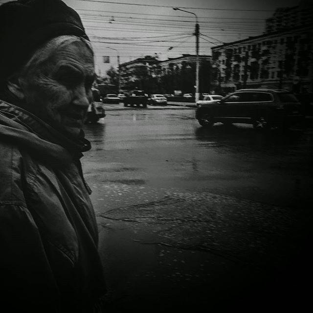 Фотография Старушка на перекрестке