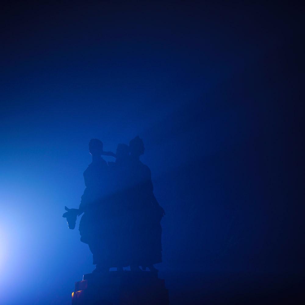 """Фонтан """"Искусство"""" на Набережной Волгограда в тумане ночью"""